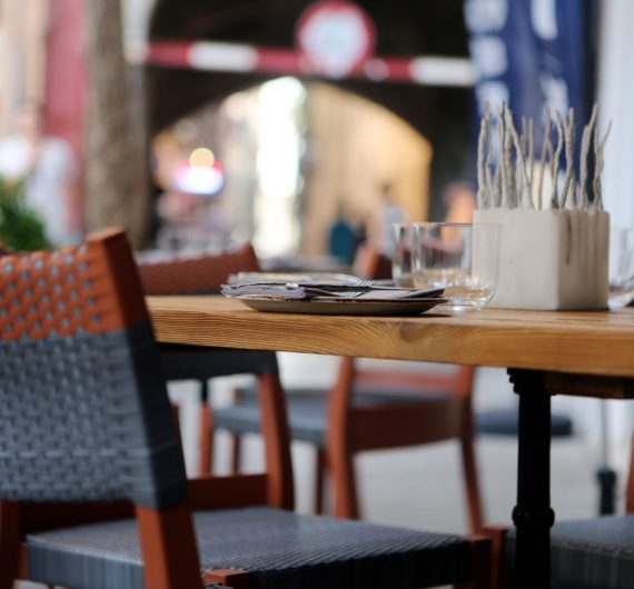 blog-city-restaurant-table-pavement-11
